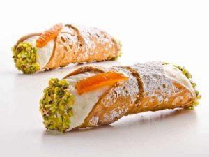 Cannolo Siciliano alla Ricotta con scorza di Arancia candita e granella di Pistacchio